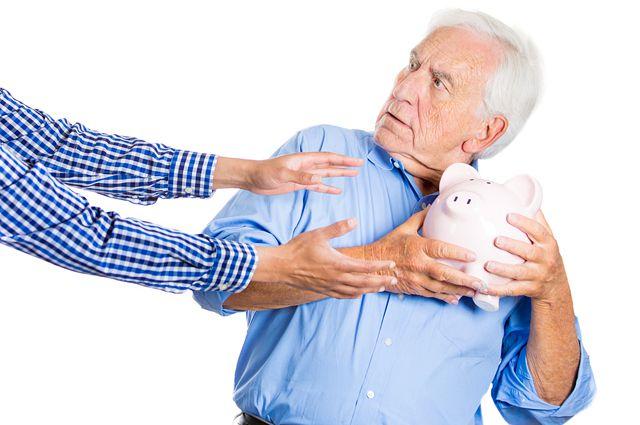 Взять деньги пенсионеру